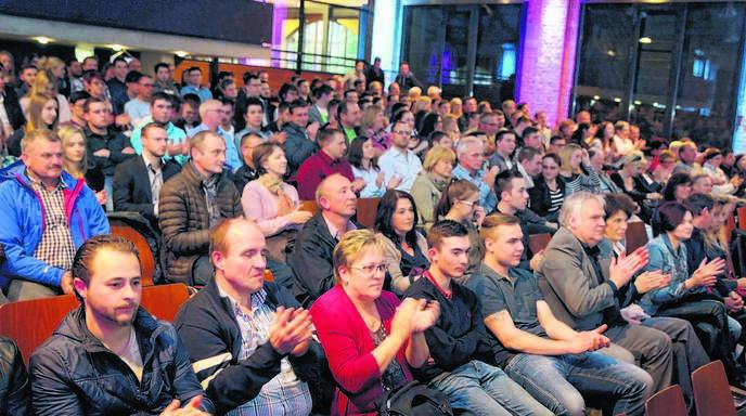 Im Auditorium der Offenburger Reithalle saßen die Besucher dicht an dicht. Sie feierten zusammen mit den Junghandwerkern den Abschluss.