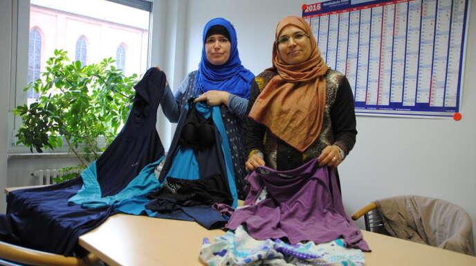 Bianca Mische (links) und Samia Cherni zeigen in der Redaktion ihre Burkinis.