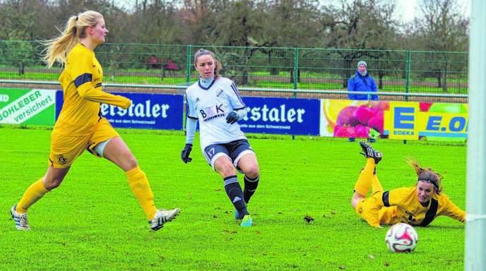 Furtuna Velaj (Mitte) trägt nicht nur das Trikot des SC Sand, für den sie in der Regionalliga Torschützenkönigin wurde. Sie ist auch aktuelle albanische Nationalspielerin.