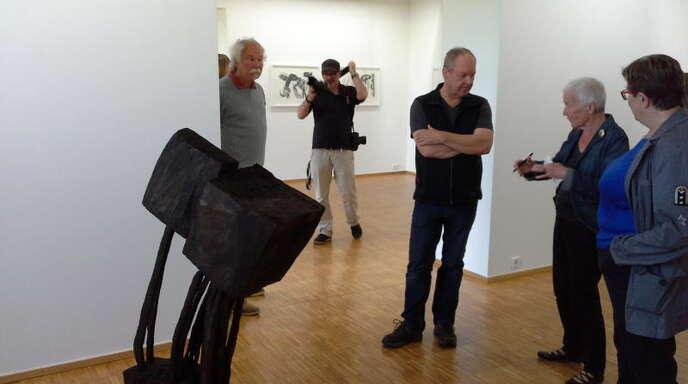 Manfred Schlindwein (l.) und Armin Göhringer zeigen Holzdruck und Holz-Skulpturen gemeinsam in Offenburg.