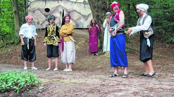 Der Räuber ist gefangen, links die Räuberbande, rechts Ali Baba: So stellt sich das neue Märchenstück des Illenau-Theaters im Eiskellerwald dar.
