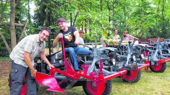 Bruno Seifermann und Kevin Wölfle zeigen am Beispiel des angebauten Pflugs eine der Einsatzmöglichkeiten des Dieselzwergs.