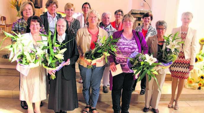 Im Chor der Pfarrkirche: (von links) Doris Seiberling (stellvertretende Diözesanvorsitzende), Lioba Just, Loni Scharlach, Schwester Roswitha, Renate Schmälzle, Carmen Piernot, Agathe Hache, Elisabeth Uebel, Christa Ell, Ulrika Koch, Franziska Hund, Meta Schwab und Tanja Weinzierle.
