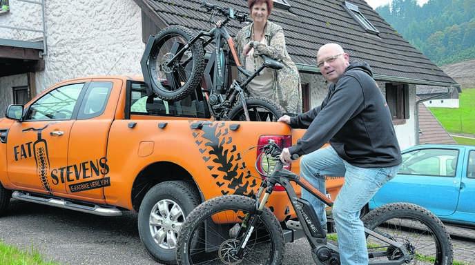 Mit ihrem orangefarbenen Pick-up ziehen Monika Schneider und Andreas Stevens die Blicke auf sich und ihren Fatbike-Verleih. Das Paar aus Lautenbach schließt damit eine Lücke im touristischen Angebot des Renchtals.