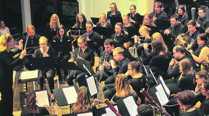 Berauschend: Paula Holcomb (links) aus den USA dirigierte das SVJBO beim Konzert in Friesenheim.