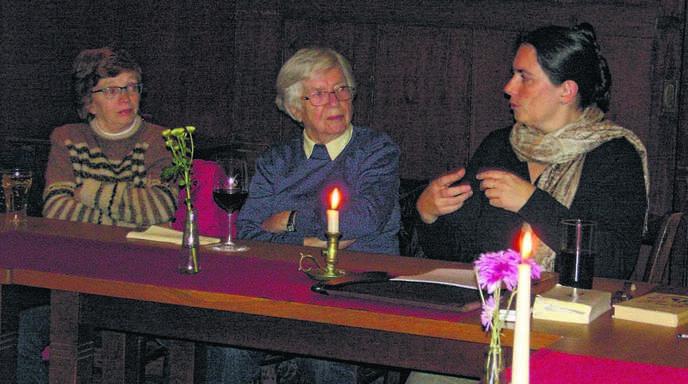 Miriam Seidler (r.) diskutierte mit den Teilnehmern der Grimmelshausenrunde über die Frage, warum ausgerechnet ein Vogelnest unsichtbar macht.