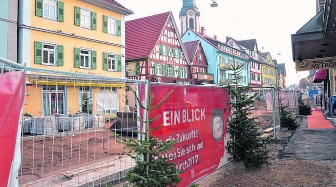 Am Oberkircher Baustellenzaun darf neben der Stadt auch jeder Einzelhändler, der sich von den Bauarbeiten beeinträchtigt sieht, ein Banner aufhängen. Ein Unternehmen nutzte diese Regelung nach Meinung von Stadträten zu weidlich aus.
