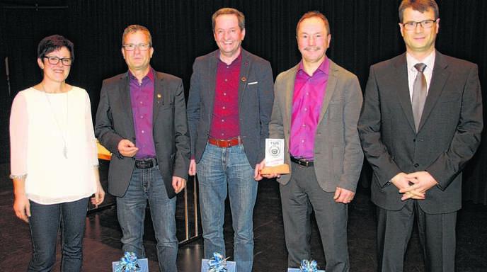 TuS-Vorsitzende Gerlinde Bruder (links) und Frank Spinner, Abteilungsleiter Fußball (rechts), ehrten bei der Abschlussfeier langjährige Vereinsmitglieder. Von links: Karl Kimmig, Herbert Huber und Franz Nock.