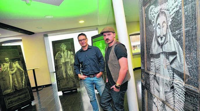 Jochen Scherzinger (rechts) und Tobias Raphael Ackermann in ihrer Ausstellung im Offenburger Salmen.