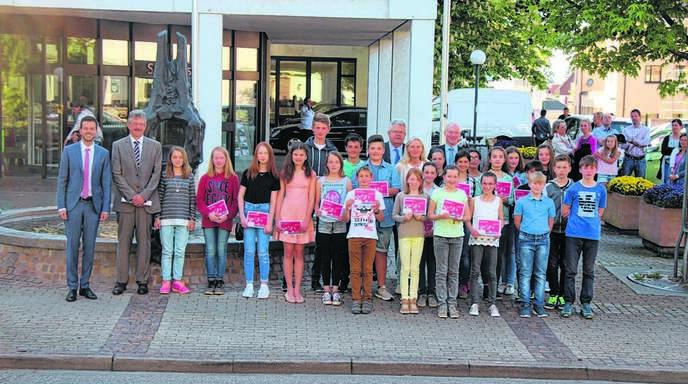 26 Landes- und Bundespreisträger kommen aus dem Sparkassen-Marktbereich Oberkirch. Die prämierten Kunstwerke können zu den Öffnungszeiten im Sparkassen-Kundenzentrum Oberkirch bis zum 26. Mai besichtigt werden.