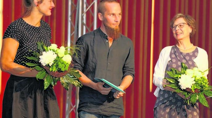 Finn-Ole-Heinrich, erster Preisträger des Leselenz-Preises der Thumm-Stifung für Junge Literatur, mit der Stiftungsvorsitzenden Doris Sistiaga-Thumm (rechts) und Dita Zipfel, die er vom Preisgeld »aber sowas von heiraten will«.