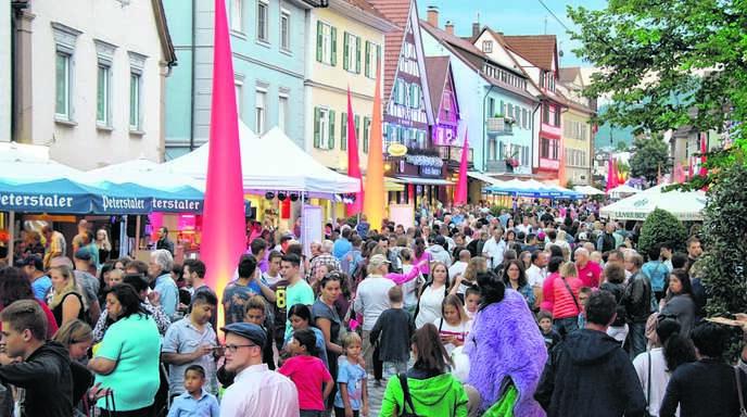 Dicht an dicht drängten sich am Freitagabend die Menschen bei »Oberkirch leuchtet« durch die Innenstadt. Mit der Resonanz auf die lange Einkaufsnacht und deren Verlauf waren die Veranstalter sehr zufrieden.