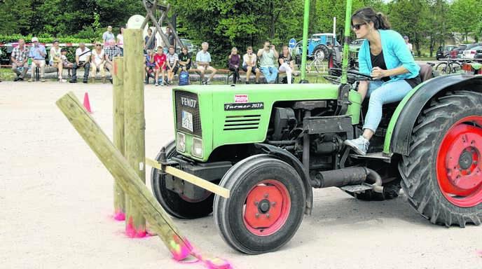 Annette Ohnmacht ist zum dritten Mal Mösbacher Traktorkönigin geworden und darf den Wanderpokal nun behalten. In dieser Szene mussten die beiden äußeren Pfähle umgeworfen werden, das mittlere musste stehen bleiben.