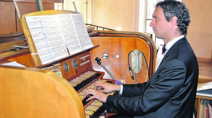 Markus Uhl kam bei seinem Orgelkonzert in Nußbach ohne einen Registranten oder Computer aus.