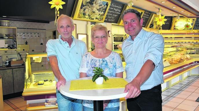 Geschäftsübergabe in Oberkirch: Karl-Anton (l.) und Ulrike Geldreich (M.) übergeben die Bäckerei in der Unteren Grendelstraße an Volker Gmeiner (r.) und dessen Frau Christine.