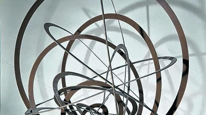 Zwei ganz unterschiedliche Werke von Alexander Rodtschenko: oben die Raumkonstruktion »Construction spatiale suspendue, cercle n°8 (1920– 1921), rechts die Fotografie »Portrait de ma mère« (1924).