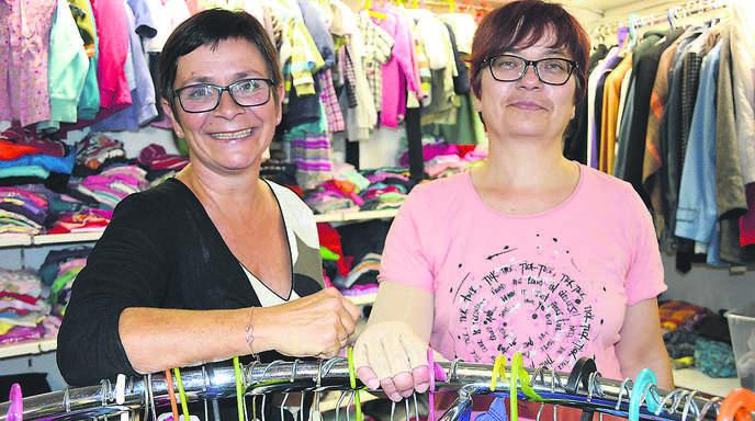 Paula-Vorsitzende Eva Woelki (links) und Laden-Leiterin Steffi Bätz sind mit dem Erfolg des Kleiderladens für Bedürftige in der Oberen Grendelstraße zufrieden.