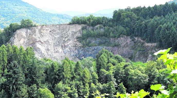 Die Erweiterung des Steinbruchs Ossola in Richtung Pfarrberg macht Waldulmer Anwohnern gehörig Sorgen.