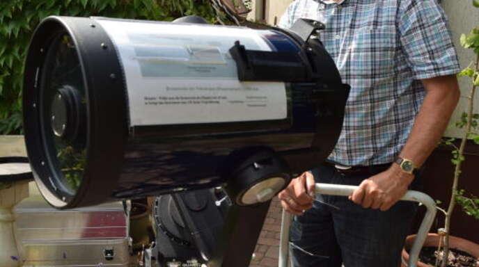 Kinder udo büttner gibt an der kinderakademie astronomiekurse