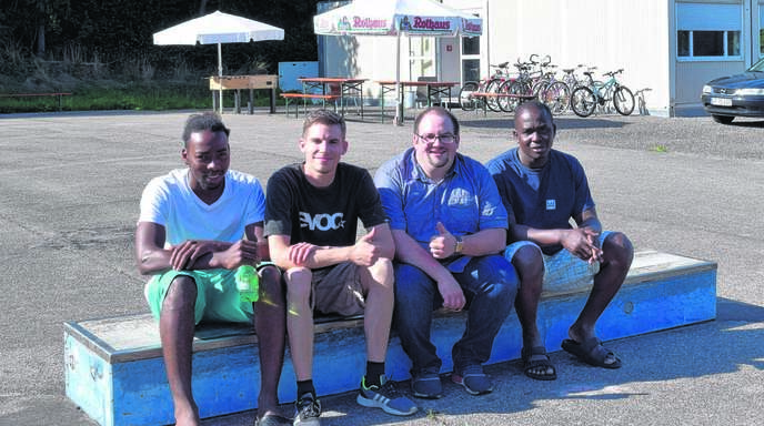 Nils Langenbacher und Sandrigo Zoilo (Mitte von links) haben die in der Freistetter Containersiedlung untergebrachten Flüchtlinge aus Gambia porträtiert.
