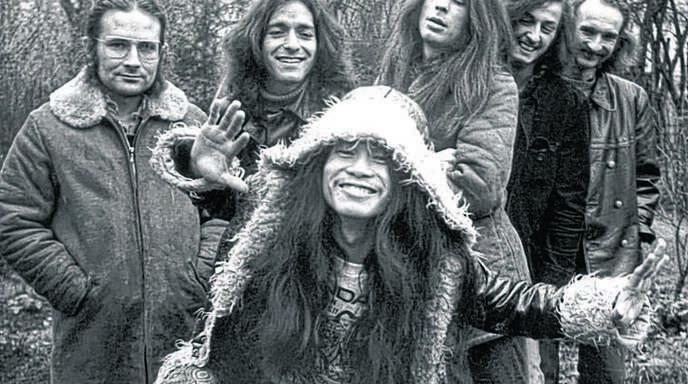 Die Band Can im Jahr 1971 mit Irmin Schmidt (von links), Jaki Liebezeit, Michael Karoli, Ulli Gerlach, Holger Czukay und vorne Damo Suzuki.