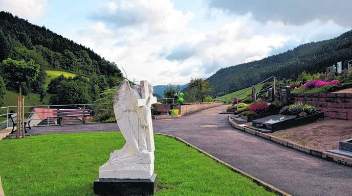 Rund um den Engel auf dem Friedhof in Bad Peterstal ist ein anonymes Gräberfeld angelegt.