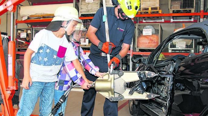 Neben dem obligatorischen Löschen eines kleinen Feuers gehörte auch der Umgang mit der Rettungsschere mit zum Programm.