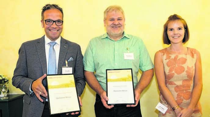 Markus Ell, Geschäftsführer der Oberkircher Winzer eG (von links), und Kellermeister Martin Bäuerle konnten von Janina Wilsch die Urkunde entgegennehmen.