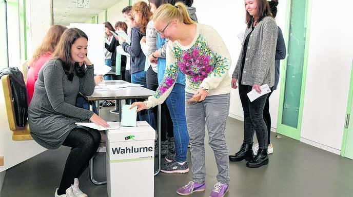Unter den »Wahlhelfern« Michelle Hänsel, Lena Parpart und Violetta Koch aus der 10a schritten die Zwölfklässler des Anne-Frank-Gymnasiums zur Juniorwahl.