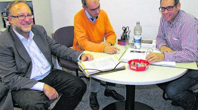 Die Heidelberger Professoren Christian Witschel (von links) und Matthias Untermann informierten Martin Buttenmüller, Vorsitzender des Historischen Vereins Schuttern, wie sie mit der Neugestaltung der Präsentation des Kloster Schutterns vorankommen.