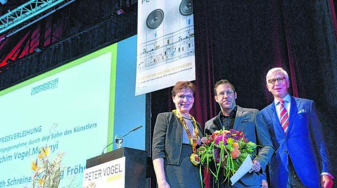 Achim Vogel Muranyi (Mitte) bei der Preisverleihung. Links Oberbürgermeisterin Edith Schreiner, rechts Georg Fröhner, der Vorsitzende des Förderkreises Kunst und Kultur.