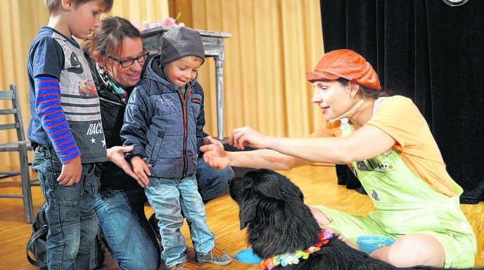 Mitmachtheater im wahrsten Sinne: Die Kinder durften Hund Charlie am Schluss des Theaterstücks in Mösbach hautnah erleben.