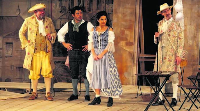 Mariella Ahrens (Mitte) verkörperte die kesse Wirtin.