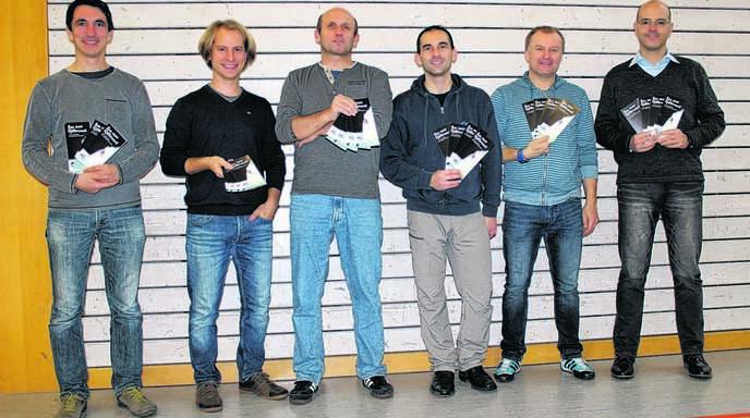 Kletter-AG Lehrer Christian Huber, Johannes Baßler, Manfred Peter, Stefan Kowalsky, Axel Hauser und Rektor Werner Franz halten die Kletterwand-Broschüren in Händen, die derzeit an die Firmen versendet werden.
