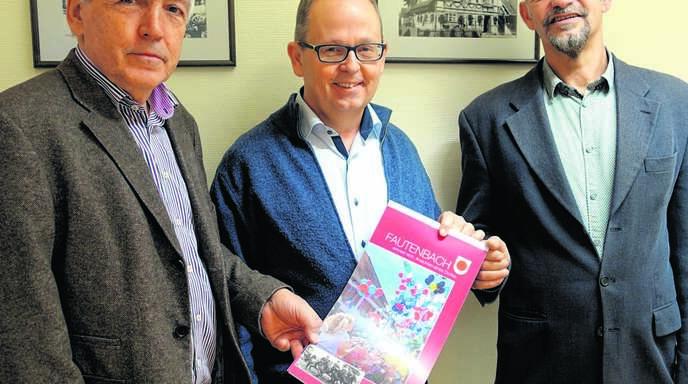 Ortsvorsteher Gebhard Glaser, Michael Karle und Pius Weber (von links) präsentieren den Fautenbacher Kalender 2018.