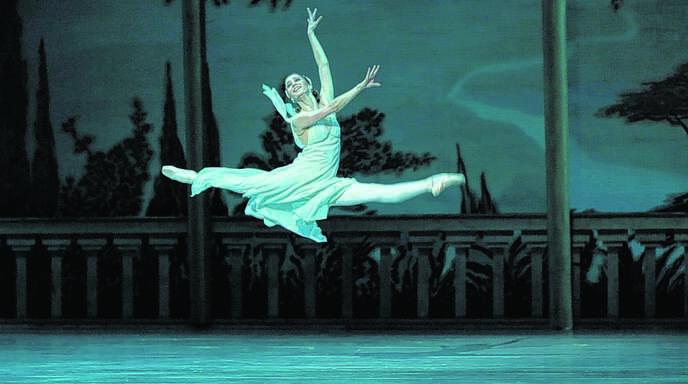 Große Kunst zeigte das Mariinsky-Ballett aus St. Petersburg über die Feiertage im Festspielhaus Baden-Baden. Hier ein eleganter Sprung von Renata Shakirova, die in »Romeo und Julia« die Julia verkörperte.