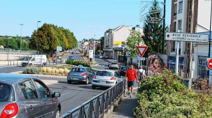 Viele Autos und ein Fußgängerweg – aber für Fahrräder ist (noch) kein Platz auf der Brücke zwischen Draveil und der Nachbargemeinde Juvisy-sur-Orge.