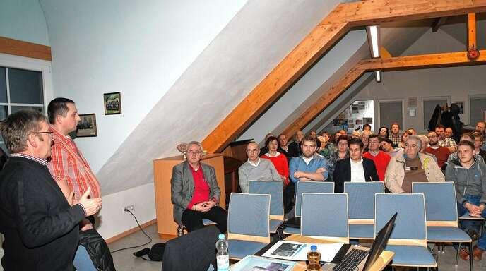 Mit Hilfe einer Präsentation vermittelte die Bürgerinitiative gegen die Erweiterung des Steinbruchs Ossola die Gefahren für ihre Häuser und die Landschaft.