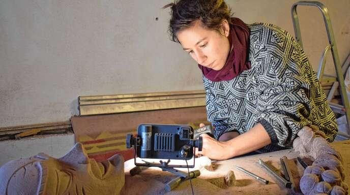 Höchste Konzentration und ungezählte kleine Schläge mit Meißel und Fäustel: Die gelernte Steinmetzin Mariella Nesselhauf hat ein Denkmal für die Narrenfigur Jockele aus Oberachern erschaffen.