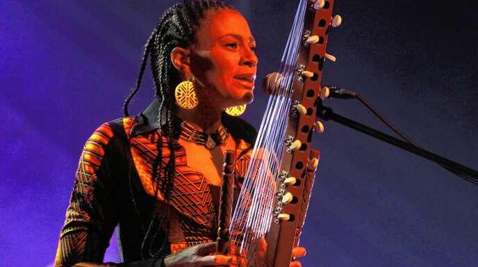 Sona Jobarteh mit der Kora, dem traditionellen Instrument ihrer westafrikanischen Heimat.