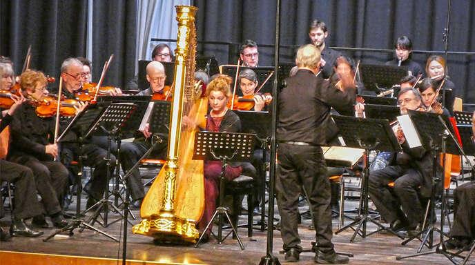 Ein Genuss: das Frühjahrskonzert des Orchesters Concertino Offenburg mit Harfensolistin Julia Weissbarth (Mitte).