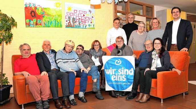 Vertreter der Gemeinde und des TV Kappelrodeck trafen sich mit Bewohnern der Lebenshilfe-Wohnstätte Steinbach, übergaben eine Spende und unterstrichen: »Wir sind eins«.