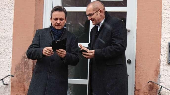 Bürgermeister Oliver Rastetter (links) und Matthias Theisen nehmen den WLAN-Hotspot am Jugendtreff in Betrieb.