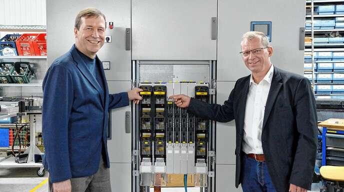 Werner Klotter (rechts) zeigte MdL Thomas Marwein (Grüne)drei Stunden lang, was seine Elektrotechnikfirma herstellt und welche Probleme das Handwerk hat.