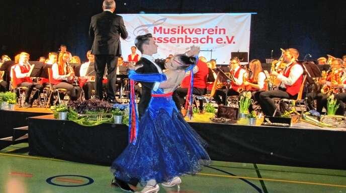 Die Überraschung war gelungen, als das junge Tanzpaar des Tanzclubs Schwarz-Weiß Offenburg, Marielena und Jonas, beim Frühlingskonzert des Musikvereins Fessenbach zum Kaiserwalzer auftrat und das Publikum begeisterte.