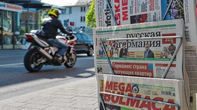 Das Wochenblatt Russkaja Germanija (Russisches Deutschland) an einem Zeitungsstand in der Acherner Hauptstraße: Russischsprachige Menschen, meist Spätaussiedler, gibt es in Achern viele – nicht immer erkennt man sie als solche.
