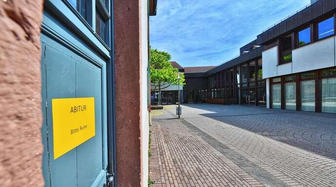 Bitte Ruhe: Am Grimmelshausen-Gymnasium in Offenburg werden die anderen Schüler mit Schildern darauf hingewiesen, dass ab sofort die Prüfungsphase des Abiturs losgeht.