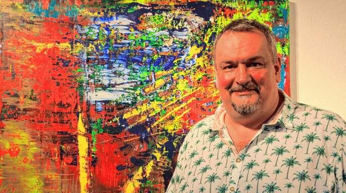 Kunst in Aufruhr: Maler Raphael Rack vor einem seiner Bilder in der Ausstellung in der Galerie Arthus.