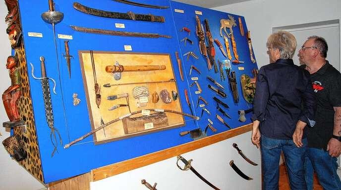 Scharfe Sonderausstellung im Rheinauer Museum: Messer und sonstige Waffen sind auf Stellwändern thematisch beziehungsweise nach der Herkunft sortiert.