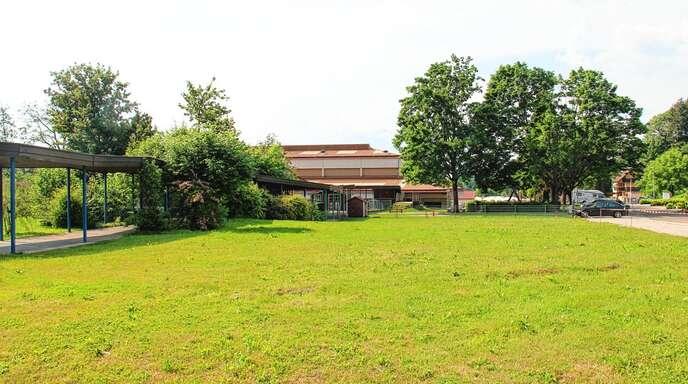Zwischen Schule und Kinderkrippe St. Anna soll der neue Kindergarten St. Josef in Lauf gebaut werden. Im September soll der eigentliche Bau beginnen.